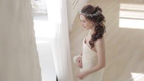 Noiva moreno no vestido de casamento branco da forma com composição video estoque