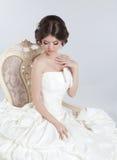 Noiva Mulher moreno bonita que veste no vestido de casamento moderno Imagens de Stock Royalty Free