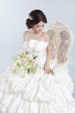 Noiva Mulher moreno bonita que veste no vestido de casamento moderno Imagem de Stock Royalty Free