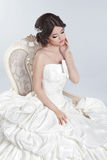 Noiva Mulher moreno bonita que veste no vestido de casamento moderno Fotos de Stock