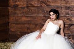Noiva no celeiro Fotografia de Stock Royalty Free