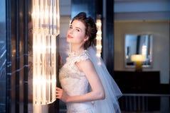 Noiva no interior azul no vestido branco longo Imagens de Stock