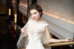 Noiva no interior no vestido branco longo Foto de Stock Royalty Free
