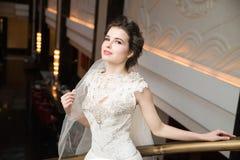 Noiva no interior no vestido branco longo Fotos de Stock Royalty Free