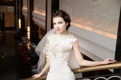 Noiva no interior no vestido branco longo Fotografia de Stock Royalty Free