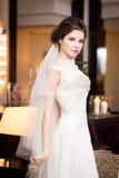 Noiva no interior no vestido branco longo Imagens de Stock