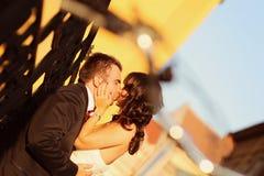 Noiva no noivo em um dia ensolarado que tem o divertimento imagem de stock royalty free