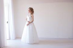 Noiva no vestido branco antes do casamento Imagem de Stock Royalty Free