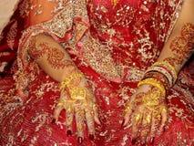 Noiva no vestido da remoção de ervas daninhas fotografia de stock