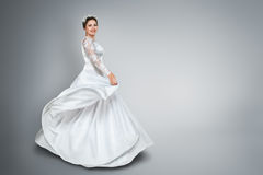 Noiva no vestido de casamento bonito fotos de stock royalty free