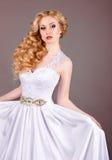 Noiva no vestido de casamento branco em um fundo cinzento Imagens de Stock Royalty Free
