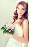 Noiva no vestido de casamento com ramalhete da flor fotografia de stock royalty free
