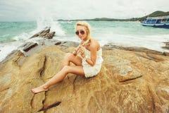 Noiva no vestido de casamento curto na praia rochosa mulher bonita nova no dia do casamento Foto de Stock