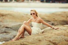 Noiva no vestido de casamento curto na praia rochosa mulher bonita nova no dia do casamento Foto de Stock Royalty Free