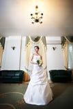 Noiva no vestido de casamento do casamento do palácio fotos de stock royalty free
