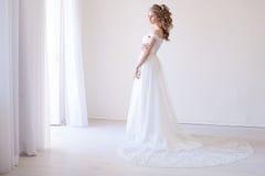 Noiva no vestido de casamento em uma sala branca Foto de Stock