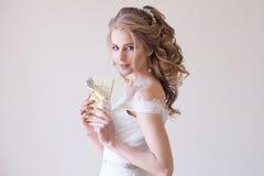 Noiva no vestido de casamento que guarda um chocolate Fotos de Stock Royalty Free