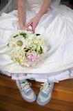 Noiva no vestido e nas sapatas de tênis imagem de stock