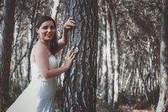 Noiva nova à moda que levanta nas madeiras fotografia de stock