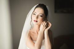 Noiva nova bonita com composição e penteado no quarto, preparação final da mulher do recém-casado para o casamento Menina feliz Fotos de Stock Royalty Free
