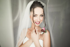 Noiva nova bonita com composição e penteado no quarto, preparação final da mulher do recém-casado para o casamento Menina feliz Imagens de Stock