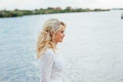 Noiva nova bonita no vestido de casamento luxuoso imagem de stock