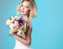 Noiva nova bonita no vestido de casamento que mantém o tover do bouque azul Fotografia de Stock Royalty Free