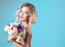 Noiva nova bonita no vestido de casamento que mantém o tover do bouque azul Fotos de Stock