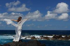 Noiva nova com as asas brancas do vestido de casamento na costa de mar da rocha na ilha de Miguel do Sao, Açores Fotos de Stock