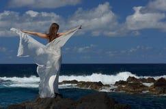 Noiva nova com as asas brancas do vestido de casamento na costa de mar da rocha na ilha de Miguel do Sao, Açores Foto de Stock Royalty Free