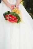 Noiva nova com flores imagens de stock royalty free