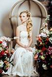 A noiva nova da beleza apenas no interior luxuoso do vintage com muitas flores fecha-se acima foto de stock