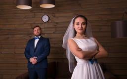 Noiva nova e noivo sério na sessão fotográfica fotos de stock