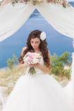 Noiva nova em um arco do casamento imagem de stock