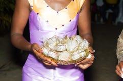 Noiva nova que guarda uma bacia de doces envolvidos imagem de stock royalty free