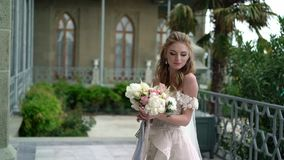 Noiva nova que levanta em uma cidade Véu de ondulação no dia de verão ventoso vídeos de arquivo