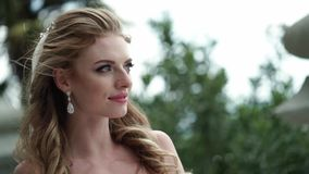 Noiva nova que levanta em uma cidade Véu de ondulação no dia de verão ventoso video estoque