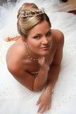 A noiva nova vestiu-se no assento branco no assoalho Imagens de Stock Royalty Free