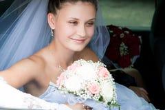 A noiva olha fora do carro Fotos de Stock Royalty Free