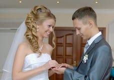 A noiva põe o noivo do anel Fotografia de Stock