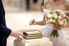 A noiva põe um anel sobre o dedo do noivo imagens de stock royalty free