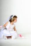 Noiva pequena com bolo à disposicão Foto de Stock Royalty Free