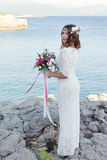 Noiva perto da água, estilo do boho foto de stock
