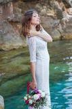 Noiva perto da água, estilo do boho fotos de stock royalty free