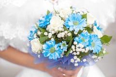 A noiva prende o ramalhete Fotos de Stock Royalty Free
