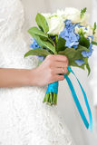 A noiva prende o ramalhete Foto de Stock Royalty Free