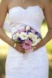 A noiva prende o ramalhete Imagens de Stock Royalty Free