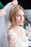 A noiva prepara e veste o véu fotografia de stock