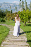 Noiva que anda ao longo do trajeto ao altar Imagens de Stock