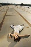 Noiva que encontra-se na estrada Foto de Stock Royalty Free